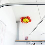 Nederland Rotterdam  31-08-2009 20090831 Foto: David Rozing                  Serie over zorgsector, Ikazia Ziekenhuis Rotterdam.  Een ballon  aan bed van patient. A balloon in patient's room                                    Foto: David Rozing                                         Holland, The Netherlands, dutch, Pays Bas, Europe ,  stilleven, still, ,aanmoedigen, hulp, helpen, moral support , blijk van affectie, steuntje in de rug,  steunbetuiging, kop ophouden, postitief blijven, posititviteit, moeilijke tijden, smiley, smile, lachen, stilleven, still, ,ziektekosten,zorgverlening, leeg, leegte, lege kamer, detail..Foto: David Rozing