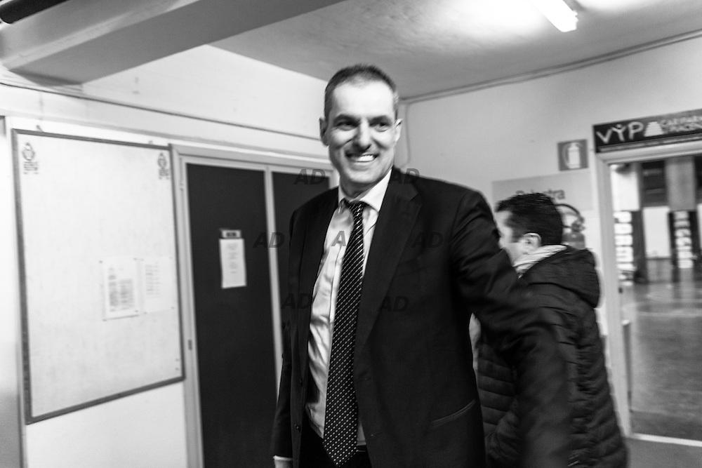 L'allenatore della Pasta Reggia Caserta, Sandro Dell'Agnello felice per la vittoria rientra negli spogliatoi.<br /> Caserta &egrave; l&rsquo;unica citt&agrave; del sud a vantare un titolo nella pallacanestro agli inizi degli anni 90, al tempo Phonola Caserta, oggi Pasta Reggia Caserta. Dopo essere praticamente scomparsa alla fine degli anni 90 &egrave; ricomparsa nel 2003 iscrivendosi in serie B e nel 2008 &egrave; tornata in serie A.<br /> Dopo cinque sconfitte consecutive la Pasta Reggio di Caserta vince a Reggio Emilia un incontro intenso e vibrante al termine del tempo supplementare. A 30&rdquo; dalla fine era sotto di tre punti, Prima Putney fa un canestro da 3 punti e poi a 2&rdquo; il nuovo arrivato Diawara segna il punto della vittoria.