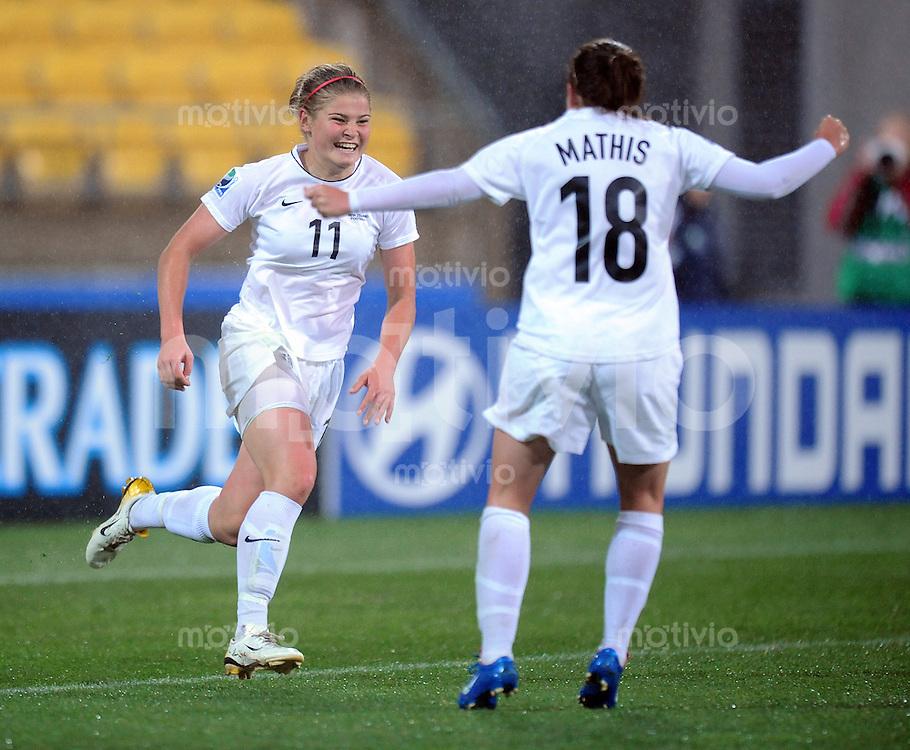 Fussball Frauen FIFA U 17  Weltmeisterschaft 2008     04.11.2008 Kolumbien - Neuseeland JUBEL ueber das 1:3 NZL, Torschuetzin Rosie White (li,NZL) mit Lauren Mathis (re,NZL)
