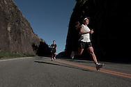 SP-RJ, BRASIL, 21/07/2010, 16h07m: Camila de Araujo Nicolau e Gabriel Gargiulo Pacca em fotos posadas do percurso de ultramaratona Nike 600K. Local da foto: Parati.  (foto: Caio Guatelli)