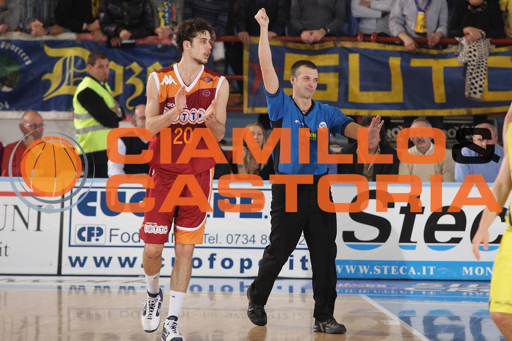 DESCRIZIONE : Porto San Giorgio Lega A 2009-10 Sigma Coatings Montegranaro Lottomatica Virtus Roma<br /> GIOCATORE : Luca Vitali Arbitro<br /> SQUADRA : Lottomatica Virtus Roma<br /> EVENTO : Campionato Lega A 2009-2010 <br /> GARA : Sigma Coatings Montegranaro Lottomatica Virtus Roma<br /> DATA : 06/12/2009<br /> CATEGORIA : Curiosita<br /> SPORT : Pallacanestro <br /> AUTORE : Agenzia Ciamillo-Castoria/GiulioCiamillo<br /> Galleria : Lega Basket A 2009-2010 <br /> Fotonotizia : Porto San Giorgio Lega A 2009-10 Sigma Coatings Montegranaro Lottomatica Virtus Roma<br /> Predefinita :