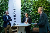 UTRECHT - Contractondertekening tussen KNHB en Ten Have, Erik Gerritsen (l) , directeur KNHB met Ton Speet (Ten Have). recht Haro Valkenburg (KNHB) Nationaal Hockey Congres van de KNHB, COPYRIGHT KOEN SUYK