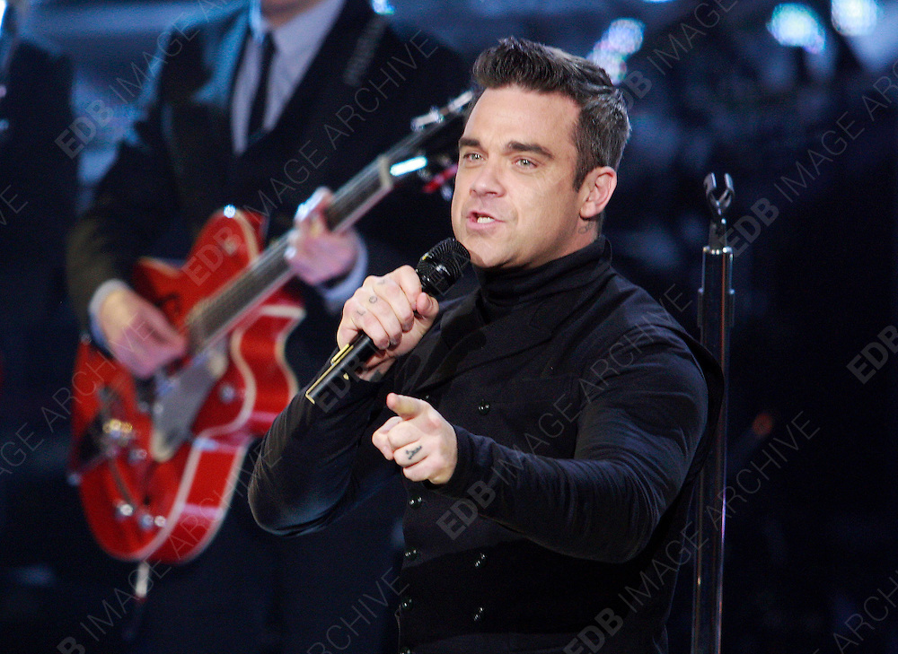09.NOVEMBER.2012. HILVERSUM<br /> <br /> ROBBIE WILLIAMS PERFORMS LIVE ON THE VOICE IN THE NETHERLANDS.<br /> <br /> BYLINE: EDBIMAGEARCHIVE.CO.UK<br /> <br /> *THIS IMAGE IS STRICTLY FOR UK NEWSPAPERS AND MAGAZINES ONLY*<br /> *FOR WORLD WIDE SALES AND WEB USE PLEASE CONTACT EDBIMAGEARCHIVE - 0208 954 5968*