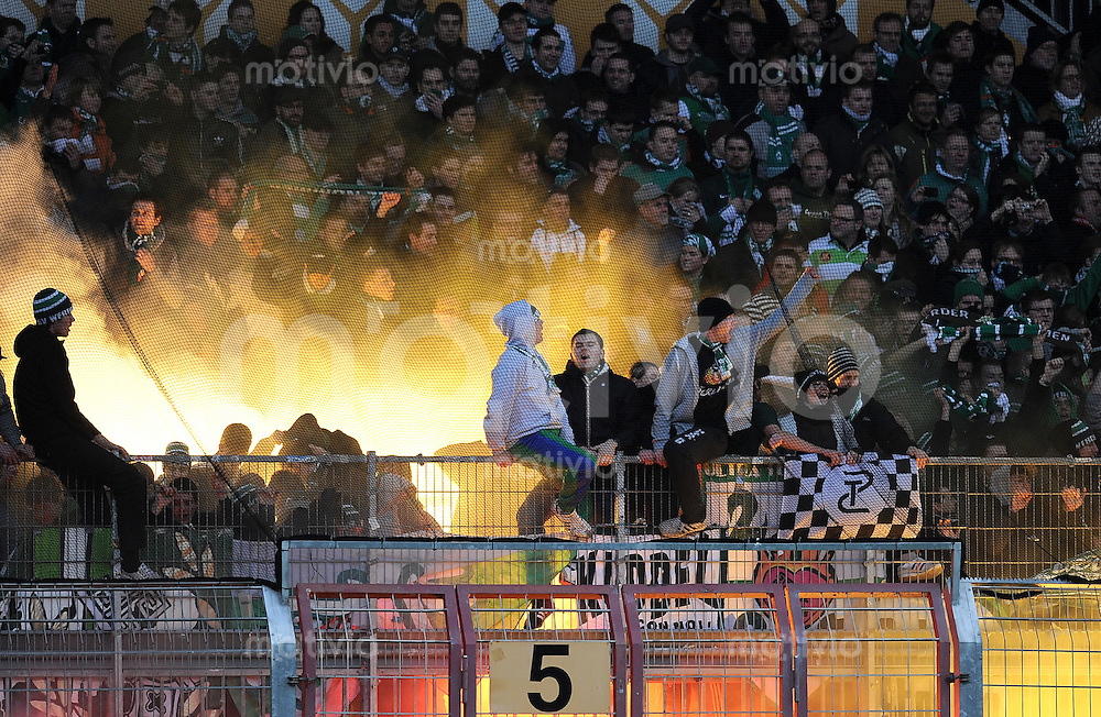 1. Fussball Bundesliga  Saison  2010/2011   21. Spieltag  05.02.2011 1 FSV Mainz 05 - SV Werder Bremen SV Werder Bremen Fans in der Fankurve mit Bengalischem Feuer