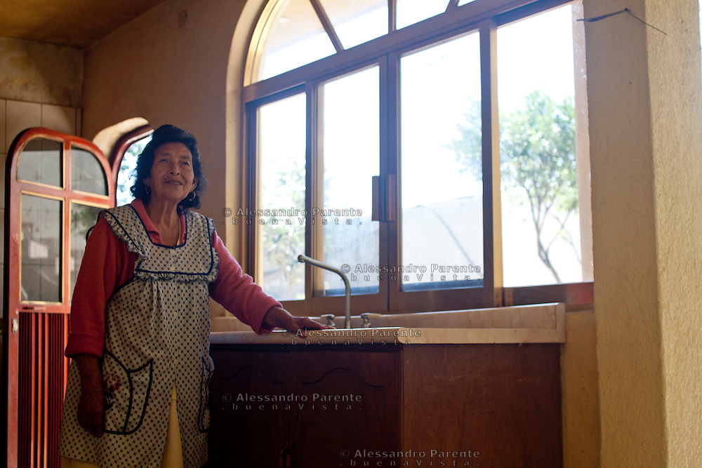 Una signora entra nella casa dalla quale era stata cacciata quattro anni prima.
