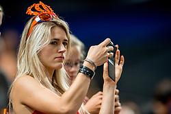 07-07-2017 NED: World Grand Prix Netherlands - Dominican Republic, Apeldoorn<br /> First match of first weekend of group C during the World Grand Prix / Support publiek probeert een foto te maken