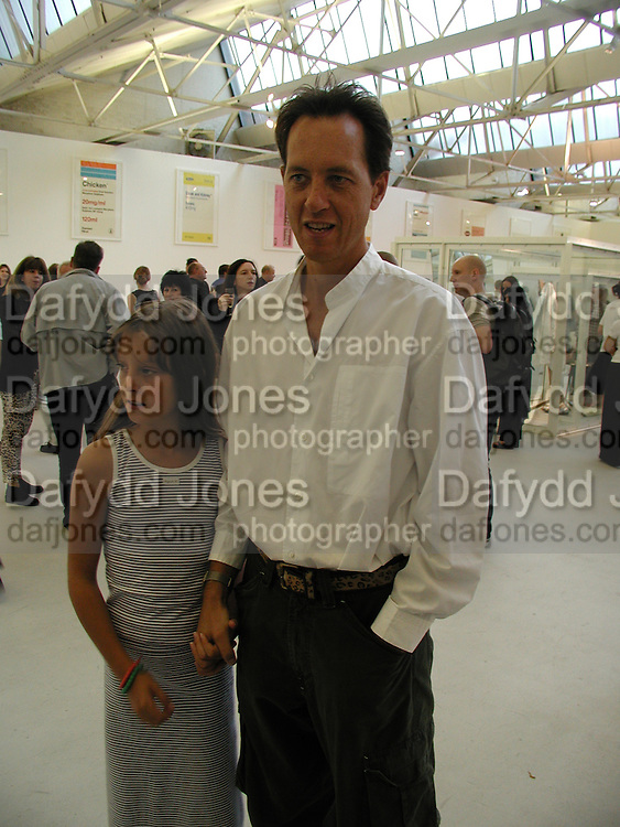 Richard E. Grant and Olivia Grant. Ant Noises 2. Saatchi Gallery. 12 September 2000. © Copyright Photograph by Dafydd Jones 66 Stockwell Park Rd. London SW9 0DA Tel 020 7733 0108 www.dafjones.com