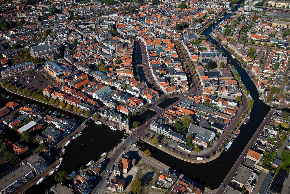 Nederland, Friesland, Sneek, 08-09-2009; Binnenstad met Waterpoort, diagonaal de Westersingel, linksonder het water van de Geeuw, de stad uit. De poort is gebouwd over de ingang tot de stadsgrachten, en is het symbool voor Sneek geworden. .Waterpoort (Watergate), built over the entrance to the city canals, symbol of Sneek..Luchtfoto (toeslag); aerial photo (additional fee required); .foto Siebe Swart / photo Siebe Swart