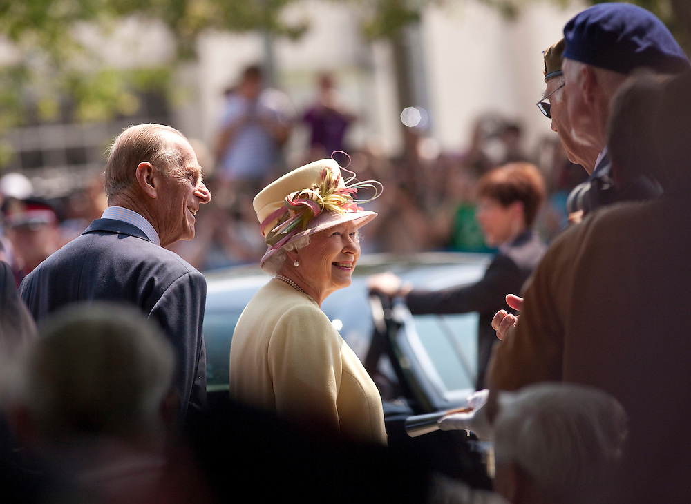Queen Elizabeth II and Prince Philip, The Duke of Edinburgh speak with veterans outside of Research in Motion following a tour of the company's facilities in Waterloo, Ontario, July 5, 2010.<br /> AFP/GEOFF ROBINS/STR