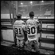 The Russian Years: les années glorieuses du HC Fribourg Gottéron. Le HC Fribourg Gpttéron, un petit club régional de hockey sur glace, vécut plusieures saisons spectaculaires avec l'arrivée de Slava Bykov et Andrei Chomutov, les meilleures joueurs de hockey du monde russes - et les premiers à pouvoir quitter l'union soviétique pour évoluer à l'étranger. Trois fois champions du monde avec l'équipe nationale soviétique et le club de ZSKA Moscow, leur arrivée en Suisse présagait la chute du rideau de fer.  © Romano P. Riedo
