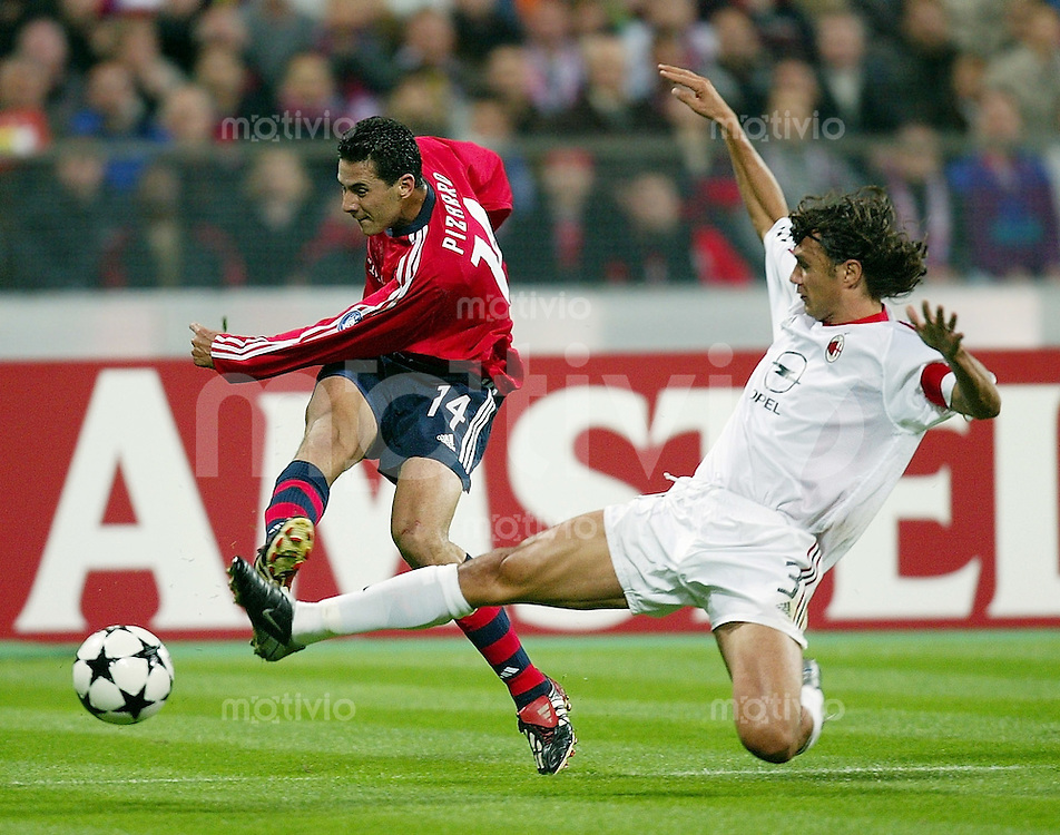 FUSSBALL Champions League 2002/2003 Gruppe G 3. Spieltag FC Bayern Muenchen 1-2 AC Mailand   Claudio Pizarro (FCB,li) gegen Paolo Maldini (AC)