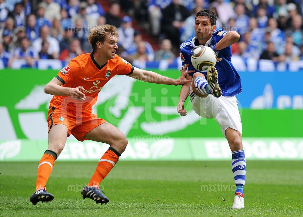 FUSSBALL  1. BUNDESLIGA   SAISON 2009/2010  33. SPIELTAG FC Schalke 04 - SV Werder Bremen                        01.05.2010 Per MERTESACKER (li, Bremen) gegen Kevin KURANYI (re, Schalke)