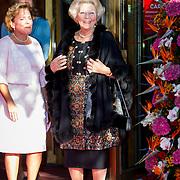 NLD/Amsterdam/20150926 - Afsluiting viering 200 jaar Koninkrijk der Nederlanden, aankomst prinses Beatrix ontvangen door Ank Bijleveld