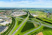 Nederland, Utrecht, Gemeente Vianen, 23-08-2016; Knooppunt Everdingen, aansluiting A27 (richting Lek) en A2 (vlnr). Gedeeltelijk turbineknooppunt. Everdingen junction between motorway A2 en A2<br /> <br /> luchtfoto (toeslag op standard tarieven);<br /> aerial photo (additional fee required);<br /> copyright foto/photo Siebe Swart