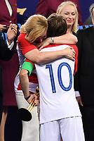 FUSSBALL  WM 2018  FINALE  ------- Frankreich - Kroatien    15.07.2018 Praesidentin Kolinda Grabar-Kitarovic (li, Kroatien) gratuliertLuka Modric (re) zur Auszeichung Spieler des Turniers.