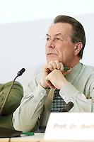 """25 APR 2006, BERLIN/GERMANY:<br /> Franz Muentefering, SPD, Bundesminister fuer Arbeit und Soziales, bei der Ver.di-Fachkonferenz """"Zukunft des Rentensystems"""", Abgeordnetenhaus Berlin<br /> IMAGE: 20050425-01-028<br /> KEYWORDS: Franz Müntefering, nachdenklich"""