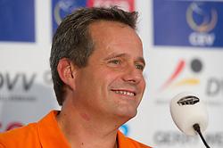 05-09-2013 VOLLEYBAL: EK VROUWEN PERS CONFERENTIE: HALLE<br /> v.l.n.r.: Gido Vermeulen (Trainer / Coach Niederlande)<br /> ***NETHERLANDS ONLY***<br /> &copy;2013-FotoHoogendoorn.nl