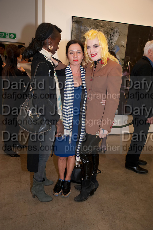 ZOE BEDEAUX; GILLIAN MCVEY; PAM HOGG, David Salle private view at the Maureen Paley Gallery. 21 Herlad St. London. E2. <br /> <br />  , -DO NOT ARCHIVE-© Copyright Photograph by Dafydd Jones. 248 Clapham Rd. London SW9 0PZ. Tel 0207 820 0771. www.dafjones.com.