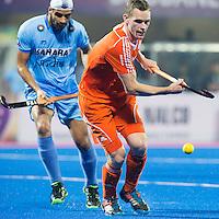 BHUBANESWAR  (INDIA)  - Mirco Pruijser in duel met Gurjinder Singh van India tijdens de wedstrijd tussen de mannen van Nederland en India  voor  Champions Trophy Hockey. ANP PHOTO  KOEN SUYK