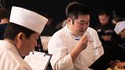Les juges de la All Japan Sushi Academy (AJSA) notent les participants au cours de la troisième édition du championnat de France des sushis