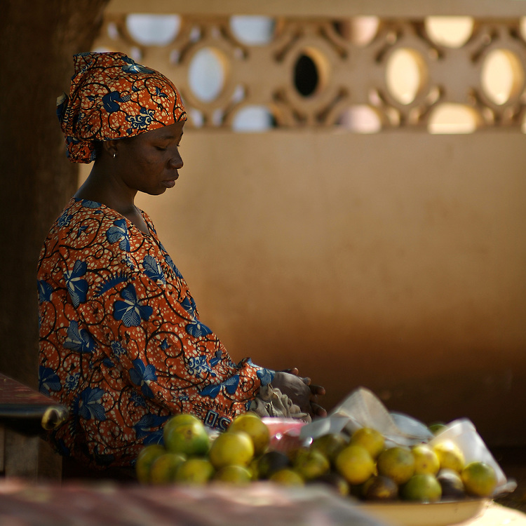 Djougou November 2006 - Woman with fruits at the Weekly Market in Djougou, Benin © Jean-Michel Clajot