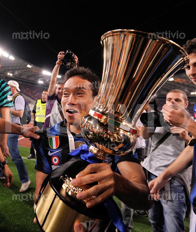 FUSSBALL INTERNATIONAL   SERIE A TIM CUP    SAISON 2010/2011    Inter Mailand - U.S. Citta Di Palermo   29.05.2011 Inter Mailand gewinnt den Italienischen Pokal JUBEL mit POKAL Yuto Nagatomo (Inter Mailand)