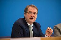 DEU, Deutschland, Germany, Berlin, 08.11.2017: Prof. Volker Wieland in der Bundespressekonferenz zur Vorstellung des Jahresgutachten des Sachverständigenrates zur Begutachtung der gesamtwirtschaftlichen Entwicklung.