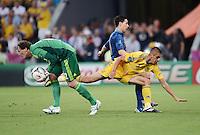 FUSSBALL  EUROPAMEISTERSCHAFT 2012   VORRUNDE Ukraine - Frankreich               15.06.2012 Torwart Andriy Pyatov (li) und Yevhen Khacheridi (re, beide Ukraine) retten gegen Samir Nasri (Mitte, Frankreich)