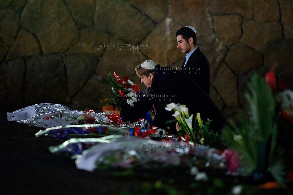 Roma, 24 Marzo 2013.Commemorazione per il 69° anniversario dell'eccidio delle Fosse Ardeatine,compiuto a Roma dalle truppe di occupazione della Germania nazista il 24 marzo 1944, furono uccisi, 335 civili e militari italiani. Una persona di religione ebraica rende omaggio ad un parente