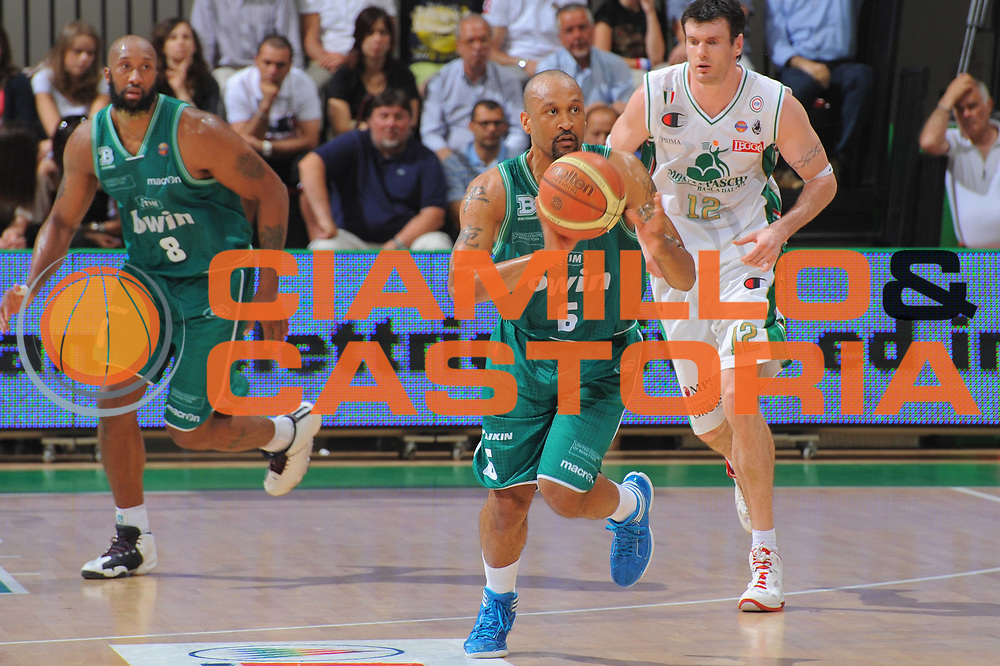 DESCRIZIONE : Treviso Lega A 2010-11 Semifinale Play off Gara 1 Montepaschi Siena Benetton Treviso <br /> GIOCATORE : Devin Smith<br /> SQUADRA : Montepaschi Siena Benetton Treviso  <br /> EVENTO : Campionato Lega A 2010-2011<br /> GARA : Montepaschi Siena Benetton Treviso <br /> DATA : 31/05/2011<br /> CATEGORIA : Passaggio<br /> SPORT : Pallacanestro<br /> AUTORE : Agenzia Ciamillo-Castoria/GiulioCiamillo<br /> Galleria : Lega Basket A 2010-2011<br /> Fotonotizia : Treviso Lega A 2010-11 Semifinale Play off Gara 1 Montepaschi Siena Benetton Treviso<br /> Predefinita :