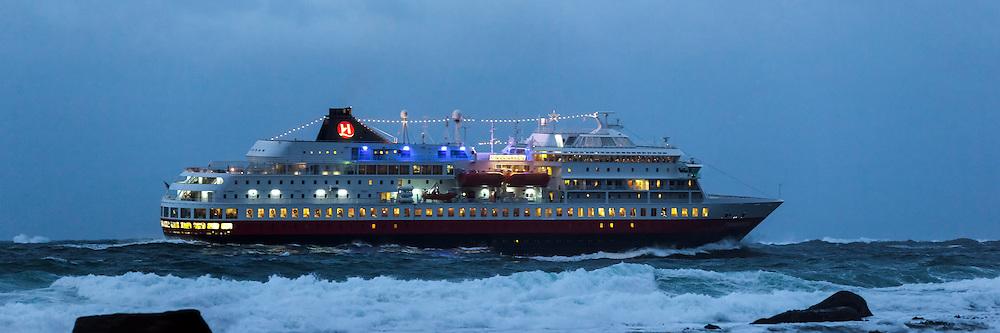 Passenger ship MS Finnmarken in stormy weather | MS Finnmarken seler forbi Flø ved Ulsteinvik i rufsete sjø.