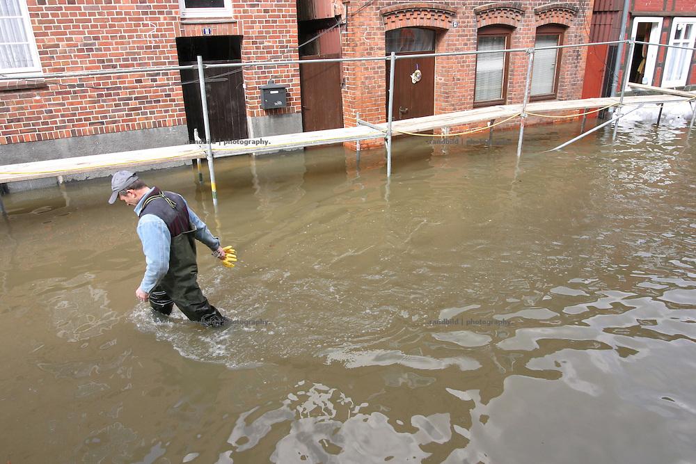 Ein Helfer watet durch das Elbewasser, das die Stadt Hitzacker während des Rekordhochwassers durchspuelt...Elbe floods in Hitzacker, Germany.