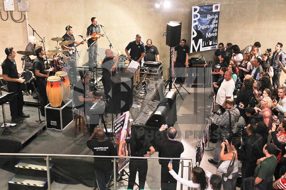 SÃO PAULO,SP,20 MARÇO 2013 - BANDA SEGURANÇA METRO - Uma banda formada por segurança se apresentou na tarde de hoje na estação Vila Prudente do metrô na zona leste.FOTO ALE VIANNA - BRAZIL PHOTO PRESS.