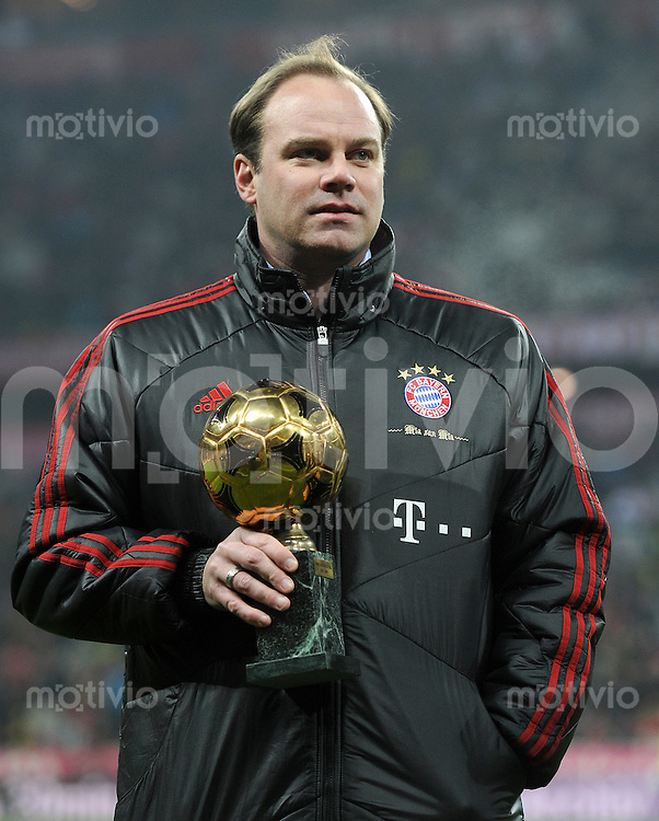 FUSSBALL   1. BUNDESLIGA  SAISON 2011/2012   13. Spieltag FC Bayern Muenchen - Borussia Dortmund        19.11.2011 Sportdirektor Christian Nerlinger (FC Bayern Muenchen) mit Pokal
