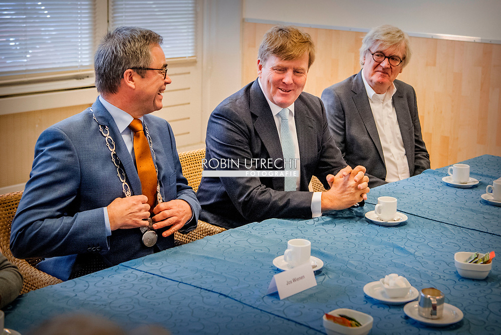 HAARLEM - The King brought a working visit to various neighborhood initiatives in Schalkwijk in Haarlem this afternoon at the invitation of Mayor Jos Wienen. The King successively visited the De Ringvaart and De Kleine Ringvaart district centers and the TripleThreaT youth initiative. He spoke with residents, professionals and initiators about the question to what extent they feel at home in their neighborhood and about the importance of meeting places for cohesion in the neighborhood. copyrught robin utrecht