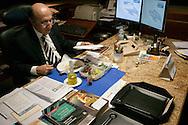 Brasilia, DF, Brasil, 19/06/2007, 19h05: O ministro Henrique Meirelles, presidente do Banco Central, durante seu jantar, em sua sala no Banco Central do Brasil.    foto:Caio Guatelli