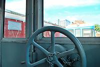 Le Ferrovie del Sud Est nascono in Puglia, nell'ottobre del 1931. A questà nuova società veniva dato in concessione l'insieme delle reti ferroviarie precedentemente gestite da diversi organismi (Società per le Ferrovie Salentine, Società per le Ferrovie Sussidiate, Ferrovie dello Stato)..Le aree pugliesi attraversate dalla società ferroviaria sono l'area barese, la fascia Taranto-Brindisi e l'area leccese-salentina, collegando fra loro i capoluoghi di Bari, Taranto e Lecce, nonché oltre 130 comuni delle province meridionali..Il reportage fotografico sulle Ferrovie Sud Est intende testimoniare l'evoluzione tecnologica che, durante gli anni, ha modificato e migliorato il servizio ferroviario e la convivenza del progresso con tracce del passato, attraverso un viaggio tra le stazioni e i depositi..Freno di stazionamento, utilizzato in situazioni di emergenza.