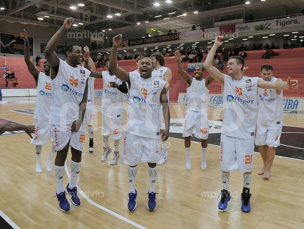 Basketball   1. Bundesliga 2011/2012  12.11.2011 Walter Tigers Tuebingen - BBC Bayreuth SCHLUSSJUBEL  Bayreuth; Team laesst sich von den mitgereisten Fans feieren.