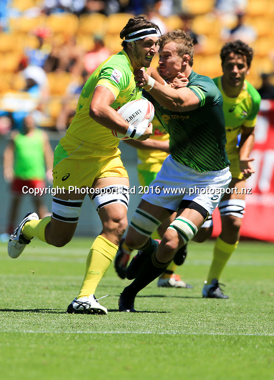 Australia's Sam Myers makes a break against South Africa, Finals Day, HSBC World Sevens Series, Westpac Stadium, Wellington, New Zealand. Sunday, 31 January, 2016. Copyright photo: John Cowpland / www.photosport.nz