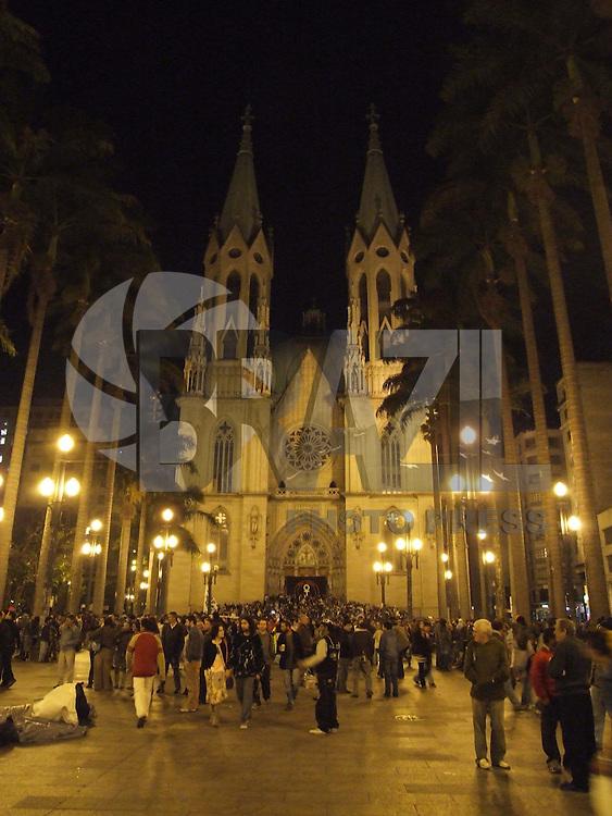 SÃO PAULO, SP, SEXTA-FEIRA, 21 DE AGOSTO 2009 - PASSEATA EM HOMENAGEM A RAUL SEIXAS - Neste dia a 20 anos atrás morreu o cantor e compositor Raul Seixas, e fã fizeram homenagem o dia todo na cidade de São Paulo, a pesseata terminou a noite em frente a Catedral da Sé na região central da capital paulista, onde um multidão se aglomerou na porta (FOTO: WILLIAM VOLCOV / BRAZIL PHOTO PRESS).