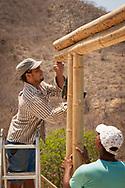 KOLUMBIEN - TAGANGA - Zwei Bauarbeiter auf der Baustelle von Hostel Casa Horizonte - 21. März 2014 © Raphael Hünerfauth - http://huenerfauth.ch