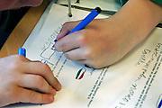 Nederland, Nijmegen, 13-4-2006..Een kind, leerling van de basisschool schrijft met zijn linkerhand...Foto: Flip Franssen/Hollandse Hoogte