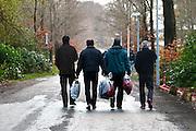 Nederland, the Netherlands, Nijmegen, 25-11-2015Vluchtelingen houden zich op, wandelen, bij kamp, tentenkamp Heumensoord, de tijdelijke noodopvang, azc, van het COA, nadat zij in de stad zijn geweest.FOTO: FLIP FRANSSEN