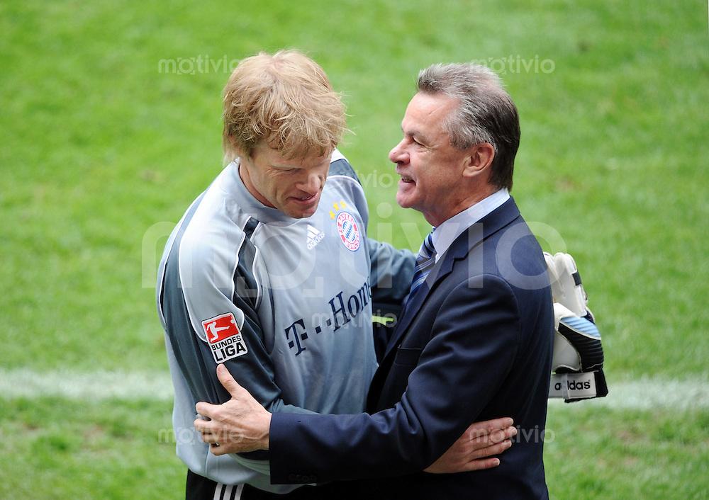 Fussball  Bundesliga   34. Spieltag  2007/2008   17.05.2007 FC Bayern Muenchen - Hertha BSC Berlin FC Bayern Torwart Oliver Kahn (li)  wird von Trainer Ottmar Jitzfeld umarmt