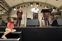 01 JUL 2003, BERLIN/GERMANY:<br /> Nina Hauer, MdB, SPD, Gerhard Schroeder, SPD, Bundeskanzler, und Franz Muentefering, SPD Fraktionsvorsitzender (v.L.n.R.), waehrend einer kurzen Begruessungsrede des Kanzlers, 4. Hoffest der SPD Bundestragsfraktion<br /> IMAGE: 20030701-02-021<br /> KEYWORDS: Sommerfest, Fraktionsfest, Gerhard Schröder, Kind, Kinder, child, children, Maedchen, Mädchen