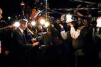 03 NOV 2005, BERLIN/GERMANY:<br /> Matthias Platzeck, SPD, Ministerpraesident Brandenburg, im Gespraech mit Journalisten, vor Beginn der Sitzung des SPD Praesidiums, vor der Nominierung eines neuen SPD Praesidiums durch den SPD Parteivorstand, Willy-Brandt-Haus<br /> IMAGE: 20051102-01-002<br /> KEYWORDS: Journalist, Mikrofon, microphone, Kamera, Camera,
