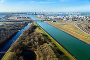 Nederland, Zuid-Holland, Rotterdam, 18-02-2015. A15, Suurhoffbrug over het Hartelkanaal. Rechts Europoort met BP raffinaderij, links uitloper van het Brielse meer. Maasvlakte aan de horizon.<br /> Hartel canal in Europoort, Suurhoff  bridge. BP refinery.<br /> luchtfoto (toeslag op standard tarieven);<br /> aerial photo (additional fee required);<br /> copyright foto/photo Siebe Swart