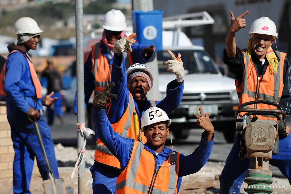 Een team jonge contractwerkers tijdens de bouwwerkzaamheden WK 2010 Zuid Afrika.