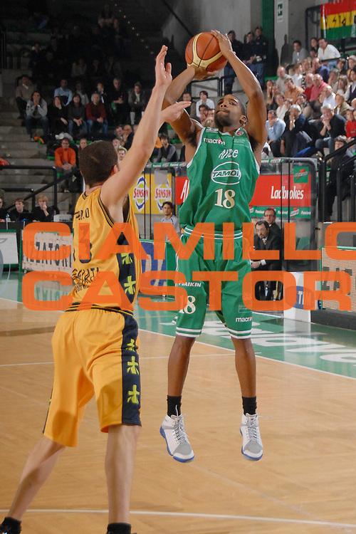 DESCRIZIONE : Treviso Lega A1 2007-08 Benetton Treviso Premiata Montegranaro<br /> GIOCATORE : Reece Gaines<br /> SQUADRA : Benetton Treviso<br /> EVENTO : Campionato Lega A1 2007-2008<br /> GARA : Benetton Treviso Premiata Montegranaro<br /> DATA : 18/11/2007<br /> CATEGORIA : Tiro Three Points<br /> SPORT : Pallacanestro<br /> AUTORE : Agenzia Ciamillo-Castoria/M.Gregolin<br /> Galleria : Lega Basket A1 2007-2008<br /> Fotonotizia : Treviso Campionato Italiano Lega A1 2007-2008 Benetton Treviso Premiata Montegranaro<br /> Predefinita :