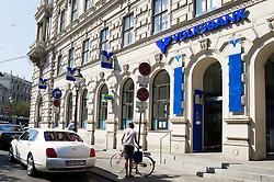 THEMENNBILD, Wien Österreich, Die Volksbank ist eine österreichische Bank mit Sitz in Wien. im Bild ein Eingang zu einer Volksbank. //THEME IMAGE, FEATURE, The Volksbank is an Austrian bank with headquarters in Vienna. picture shows an entrance to a Volksbank. EXPA Pictures © 2012, PhotoCredit: EXPA/ Sebastian Pucher